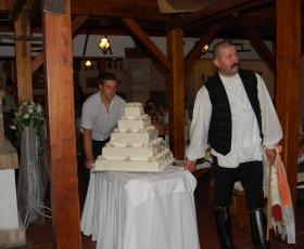 Vőfély behozza a menyasszonyi tortát