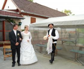 Vőfély megkéri a menyasszonyt dobja el az esküvői csokrot