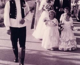 Vőfély kíséri az esküvői menetet